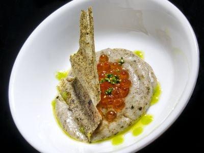 Caviale di salmone dell'Alaska con chips di alga nori
