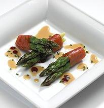 Involtini di asparagi e salmone selvaggio affumicato