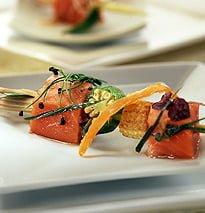 Mini spiedini di salmone rosso dell'Alaska marinato con germogli di cipolla