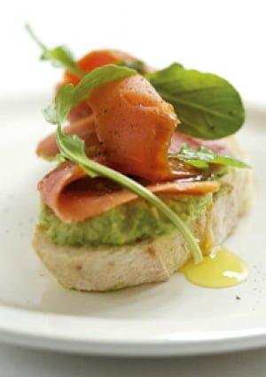 Salmone selvaggio dell'Alaska affumicato e sandwich di avocado