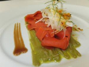 Carpaccio di salmone salvaggio agli agrumi con crema di avocado ed insalata di finocchi