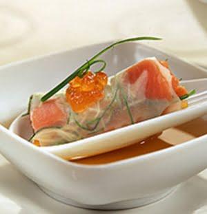 Ikura su cannelloni trasparenti di salmone e verdure