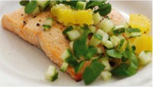 Salmone selvaggio dell'Alaska con insalata di crescione