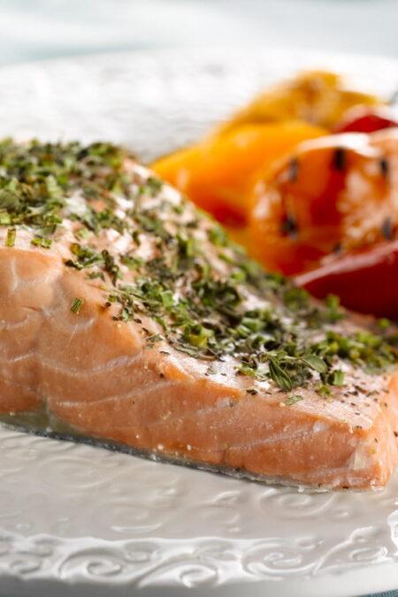 Salmone selvaggio dell'Alaska grigliato con mix di erbe mediterranee