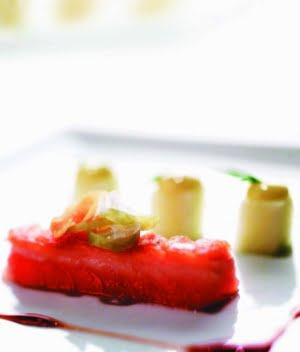 Salmone selvaggio dell'Alaska marinato con mela e vinagrette di sidro