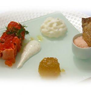 Salmone selvaggio dell'alaska marinato con spuma di formaggio