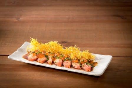 Sashimi di salmone selvaggio dell'Alaska scottato con patata di Aljezur