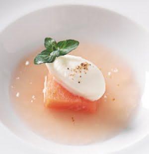 Tapa di salmone selvaggio dell'Alaska affumicato con minestra di pomodori e gelato alla mozzarella