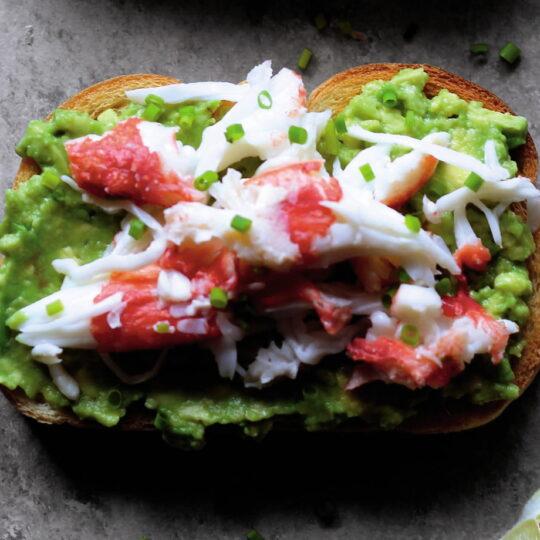 Toast di Polpa di granchio dell'Alaska e avocado