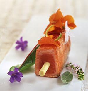 Trancio di salmone e fiori ripieno con citronella, bietole rosse, lime e zenzero