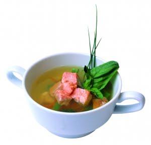 Zuppa di salmone selvaggio dell'Alaska alle erbe fini e porto bianco